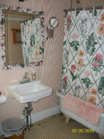 Englewood Guest House: Bathroom