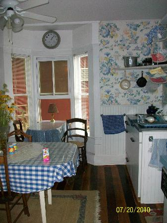 Englewood Guest House: Kitchen