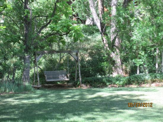 Creekside Inn at Sedona : Swing on the upper lawn