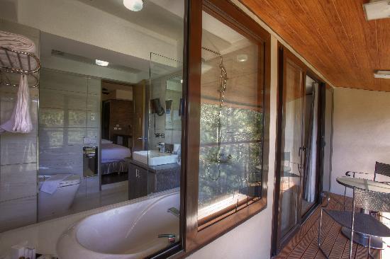Le Monet Hotel: Junior Suite's Toilet & Bath