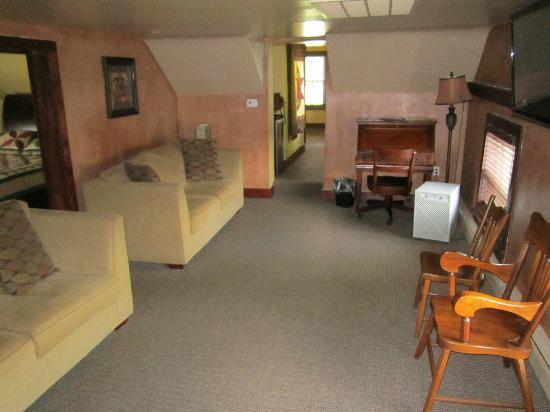 Hershey Farm Inn: Living room in 2 bedroom farmhouse suite 660