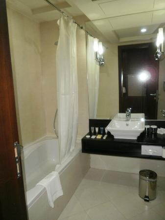 Kingsgate Hotel Abu Dhabi: baño
