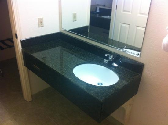 Tollway Inn: marble bath vanity