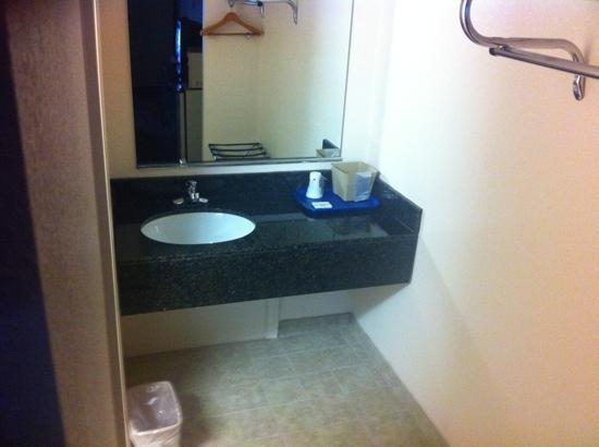 Tollway Inn: room vanity