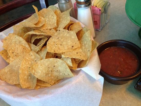 Dos Charros Restaurant: Chips and salsa