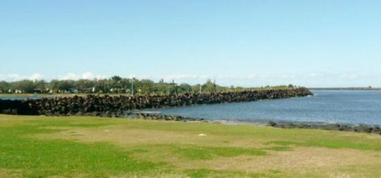 Ballina Leisure Lee Holiday Apartments: a walk along the wall is a must and almost at doorstep