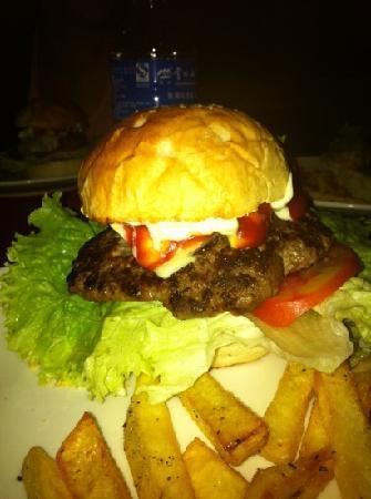 N's Kitchen & Lodge : yak burger!
