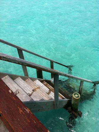 Thulhagiri Island Resort: Stairs from the water bungaloow directly to the sea