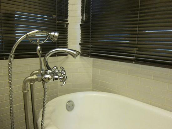 Gallery Suites: Bathtub faucet