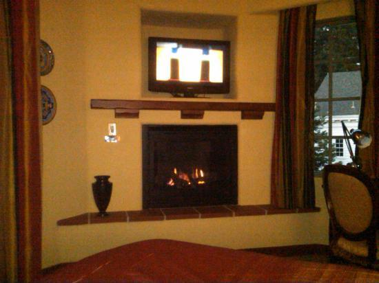 Hotel Los Gatos: fireplace with flatscreen above
