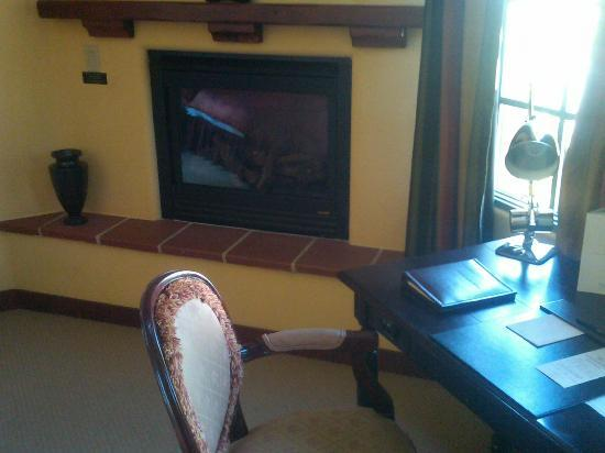 Hotel Los Gatos: Fireplace