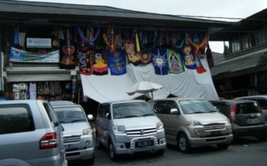 Pasar  Ubud: 大型の観光バスがやって来ます。