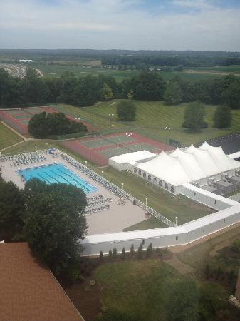 Doubletree by Hilton Hotel St Louis - Chesterfield: View of outdoor pool, tennis courts and event tent.