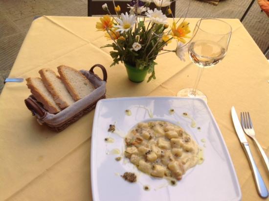 Osteria Il Gallo nel Pozzo: Scrumptious homemade gnocchi with black truffle!