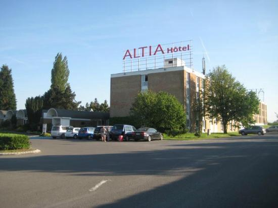 Altia Hotel : view from gate looking towards hotel