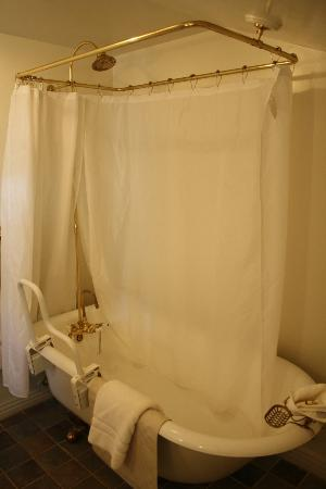 Heritage Inn Bed and Breakfast: Claw-footed tub