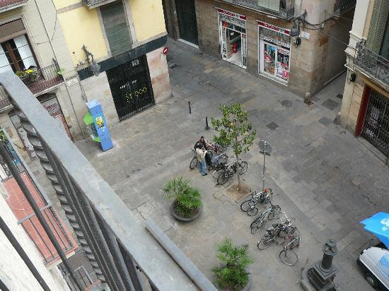 Hostal NITZS BCN: View from our room (without ensuite bathroom), there's all sorts of restaurants, bars and shops