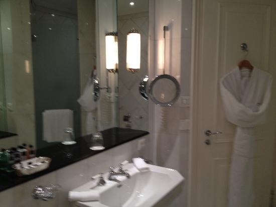Baur au Lac: Spacious Bathroom - Two sinks