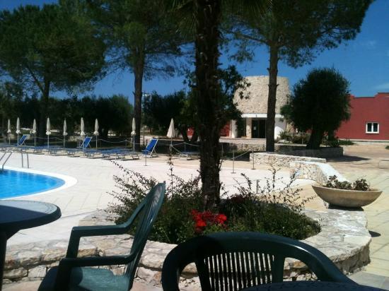 Dolmen Sport Resort: la reception vista dalla piscina