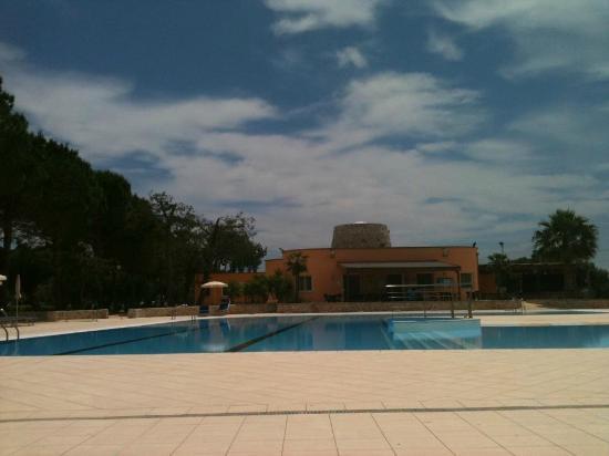 Dolmen Sport Resort: la piscina ed il bar...in pausa pranzo