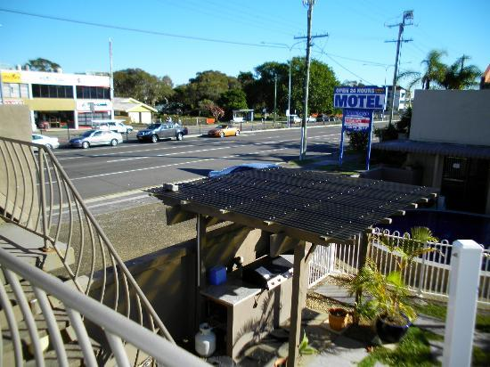 A'Montego Mermaid Beach Motel: just had to walk across the road for buses