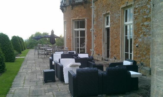 Wyck Hill House Hotel & Spa: Outside the bar looking at the Patio