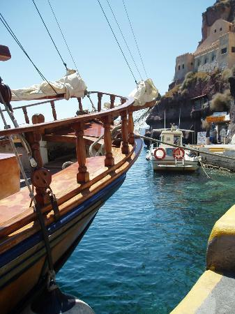 Merovigla Apartments: Fira - old port, and boat for the volcano