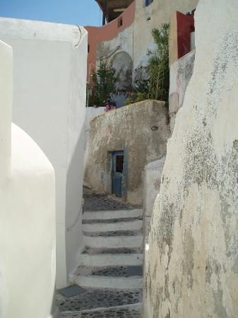 Merovigla Apartments: Oia - shady steps