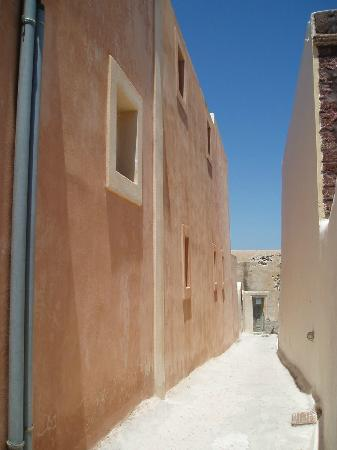 Merovigla Apartments: Oia - light terracotta alley
