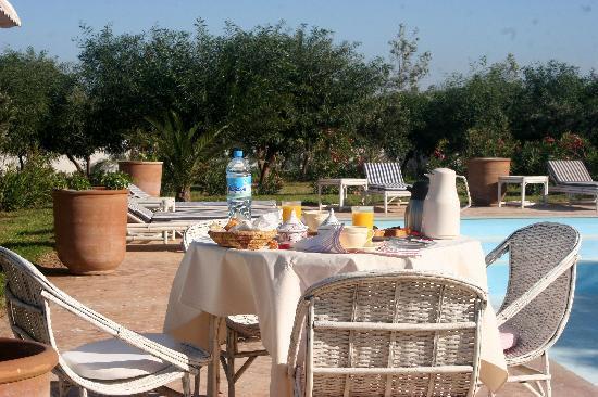 Villa Dar Mogador : Petit déjeuner autour de la piscine