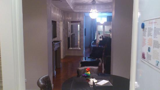 Luxury Suites: Vista de la sala de estar desde la cocina (que se refleja en el espejo).