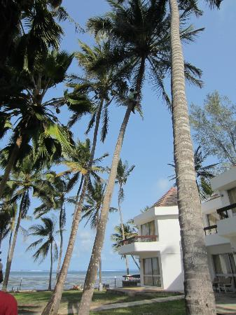 Kenya Bay Beach Hotel: Hotel grounds
