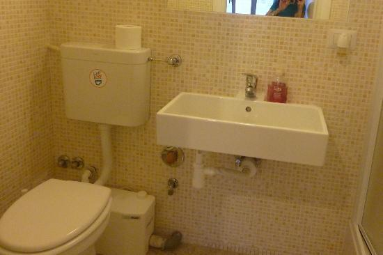 Moshi Moshi B&B: bathroom with shower (not in photo)