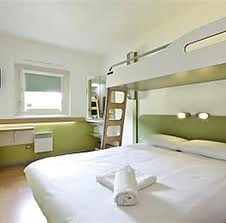 chambre cocoon triple photo de ibis budget lisieux. Black Bedroom Furniture Sets. Home Design Ideas