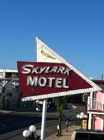 Skylark Resort Motel: skylark sign