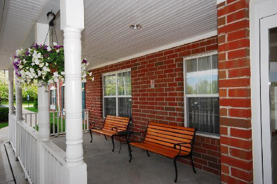 Country Inn & Suites By Carlson Fairborn South: have a seat and relax on our front patio