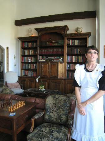Chateau du Sureau: Maid giving a quick tour