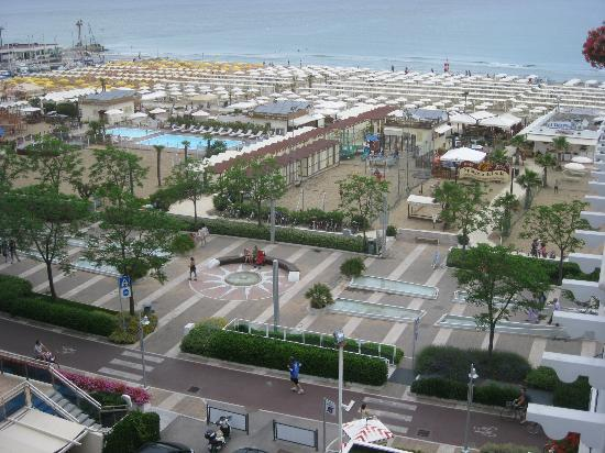 Atlantic Hotel Riccione: View from balcony - boulevard