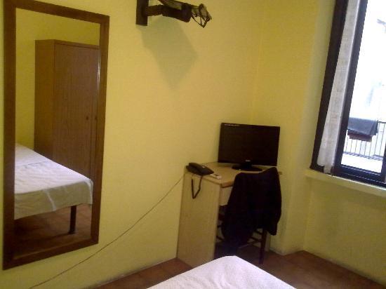 Verona Hotel : Specchio scrivania tv e ampia finestra