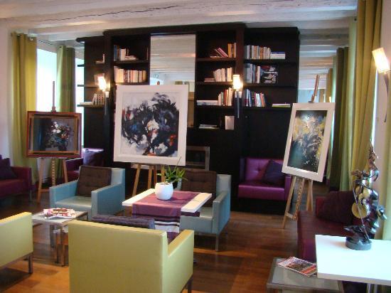 La Ferme de Bourran: Grand salon accueillant une expo temporaire