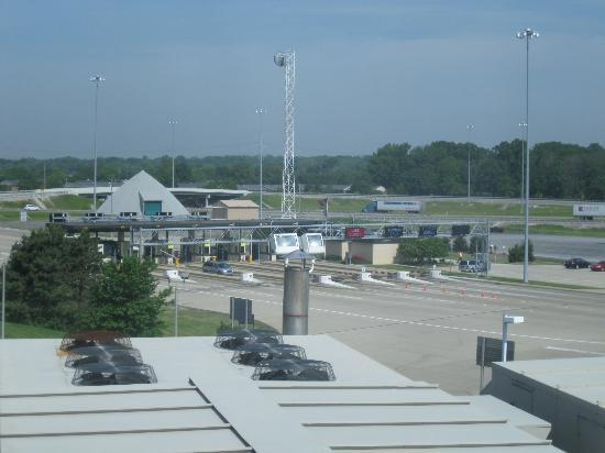 Holiday Inn Toledo/Maumee: Daytime view of Turnpike from our room