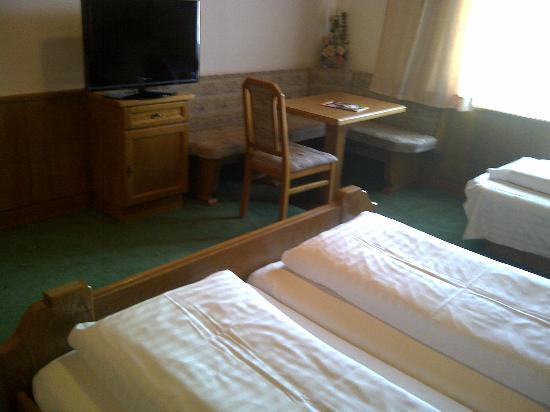 Altpradl Hotel: Schreibtisch mit TV