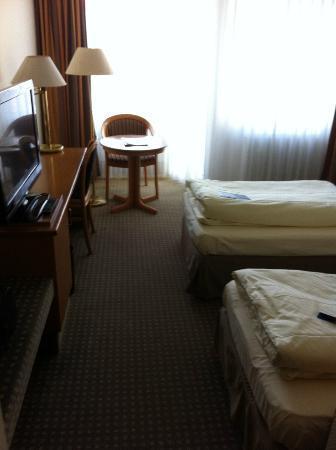 Hotel Kaiserslautern: Ansicht Zimmer mit Einzlbetten (90cm!!)