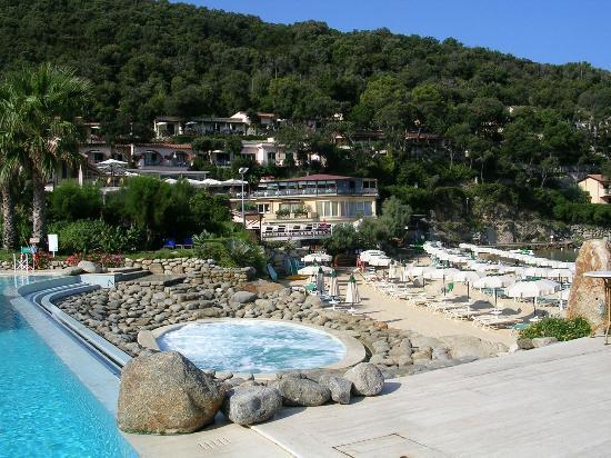 Biodola, Italia: Beach, pools and forest