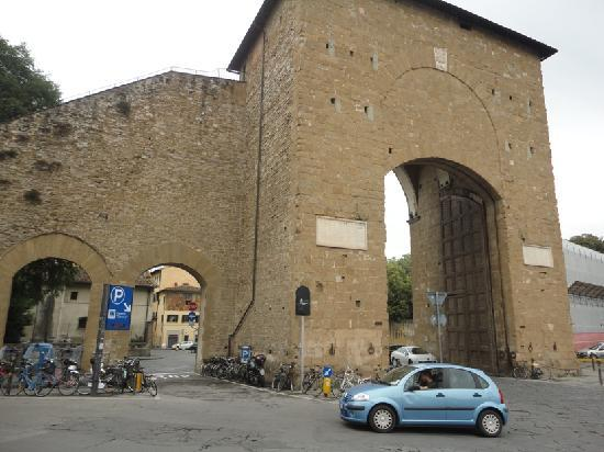 The Roundabout Next To The Ancient Gateway Foto Di Porta