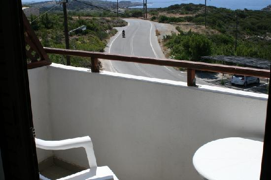 Glykeria Hotel: Glykeria top room #3 - balcony and the road to Elafonissi Beach