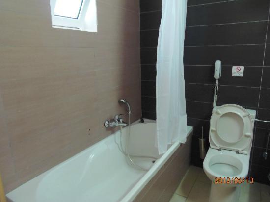 Matina Pefkos Aparthotel: bath