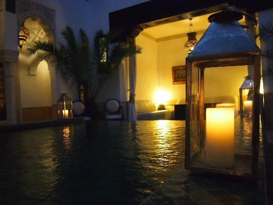 Riad Farnatchi: central courtyard and pool by night