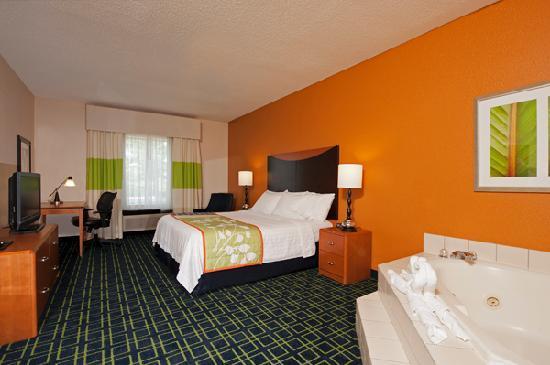 Fairfield Inn & Suites Chicago Naperville : Whirlpool Suite