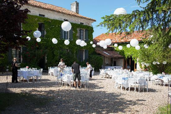 Manoir de Longeveau: Courtyard - reception prep